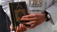 Ein Salafist hält am 7. April 2012 in Offenbach einen Koran in den Händen
