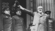 Staatskanzler Karl Renner am 29. April 1945 in Wien vor dem Parlament