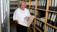 Kurt Schrimm, Leiter der NS-Fahndungsstelle, am 30. Juni 2014 in einem Archivraum der Fahndungsstelle Ludwigsburg