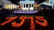 """Kerzen stehen am 23.04.2015 in Form der Jahreszahl 1915 beim """"Lichterzug der Vergessenen"""" in Berlin."""