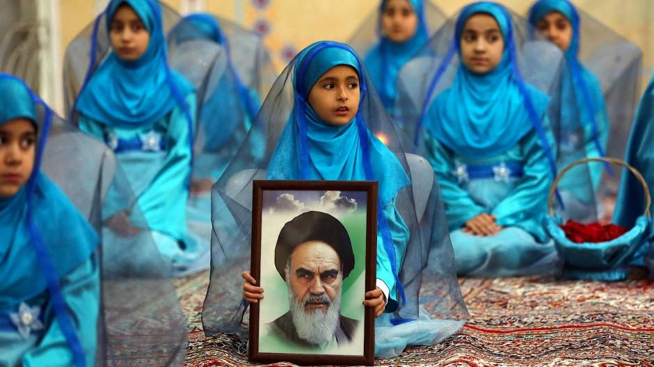 Junge Iranerinnen pflegen die Erinnerung an Ajatollah Chomeini