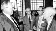Helmut Kohl, Wjatscheslaw Daschitschew (Mitte), Karl Dietrich Bracher und Walther Hofer Ende August 1989 in Berlin