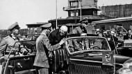 Knut Hamsun bei der Ankunft auf dem Flughafen Fornebu am 28. Juni 1943