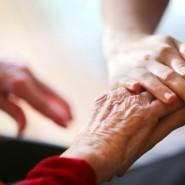 Die helfende Hand: Hochwillkommen und unentbehrlich, aber die Arbeitsbedingungen für Pflegekräfte sind hart.