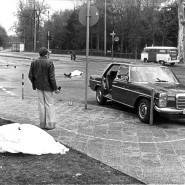 Die Leichen von Generalbundesanwalt Siegfried Buback und seinem Fahrer liegen nach den Todesschüssen am 07. April 1977 am Tatort in Karlsruhe.