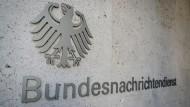 """Schriftzug """"Bundesnachrichtendienst"""" im Eingangsbereich der neuen Zentrale des BND."""