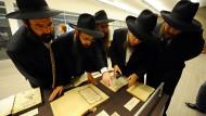 """Besucher im """"Jewish Museum and Tolerance Center"""" in Moskau am 13. Juni 2013"""