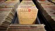 Blick in die Unterlagen des Hessischen Hauptstaatsarchives - hier sind auch die Vorgänge rund um die Entnazifizierung nach dem Zweiten Weltkrieg archiviert.