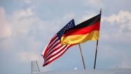 Flaggen auf einer amerikanischen Militärmaschine am 20.Mai 2014 in Berlin
