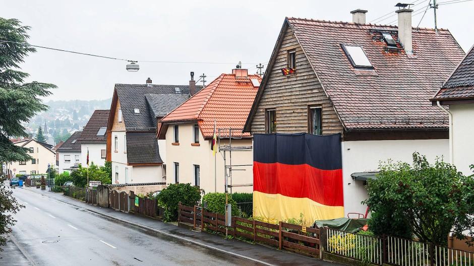 Ein Haus in Königstein ist im Juli 2012 mit einer Deutschlandflagge geschmückt.