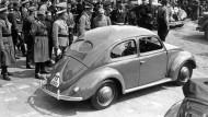 Adolf Hitler besichtigt am 26.05.1938 im Volkswagenwerk in der Nähe von Fallersleben einen Volkswagen «Käfer».