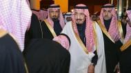 Der neue saudische König Salman nimmt am Freitag die Huldigungen einiger Untergebener entgegen.