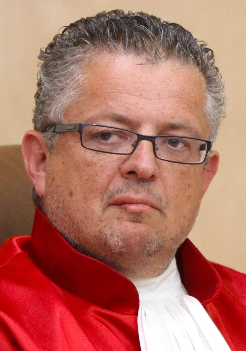 Professor Dr. Peter M. Huber ist Richter des Bundesverfassungsgerichts und im Zweiten Senat unter anderem für das Europa- und Völkerrecht zuständig. Er lehrt an der Ludwigs-Maximilians-Universität München Öffentliches Recht und Staatsphilosophie.