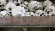 Schädeln von Opfern der Roten Khmer liegen in einer Gedenkstätte in Kambodscha.