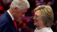 Der ehemalige Präsident Bill Clinton gratuliert seiner Frau Hillary zu ihrem historischen Erfolg.