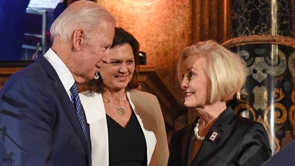 Cindy McCain empfiehlt Wahl von Biden