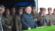 Kim Jong-un amüsiert sich wieder prächtig: Der Diktator freut sich über ein Manöver zum 85. Geburtstag der Armee.