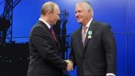 "Im Juni 2013 erhielt der damalige ExxonMobil Manager Rex Tillerson (rechts) von Präsident Wladimir Putin den ""Orden der Freundschaft"""