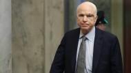 John McCain am Dienstag im Senat noch gezeichnet von einer Operation.