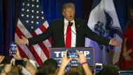 Donald Trump spricht nach den Vorwahlen in Iowa zu seinen Anhängern.