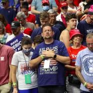 Teilnehmer der Trump-Kundgebung in Tulsa im Juni beten.