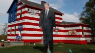 "Eine überdimensionale Trump-Figur im Garten des ""Trump-House"" in Youngstown, Pennsylvania"