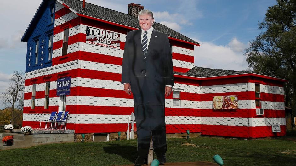 """Eine überdimensionale Trump-Figur im Garten des """"Trump-House"""" in Youngstown, Pennsylvania"""