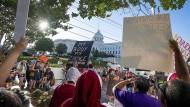 """""""Mein Körper, meine Entscheidung"""": Gegner des verschärften Abtreibungsgesetzes demonstrieren in Montgomery."""