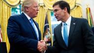 Donald Trump gratuliert am Dienstagabend dem neuen amerikanischen Verteidigungsminister Mark Esper.
