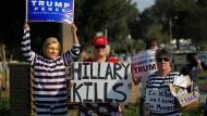 Anhänger von Donald Trump zeigen der demokratischen Präsidentschaftskandidatin Hillary Clinton deutlich, was sie von ihr halten.