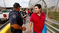 Ein Beamter der für die Rückführung von illegalen Immigranten zuständigen Behörde ICE überwacht den Grenzübergang eines Mexikaners, der Amerika wieder verlassen muss.