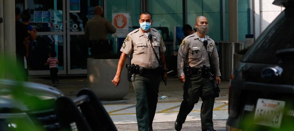 Zwei Polizeibeamte aus Los Angeles vor dem St. Francis Medical Center: Hier werden die verwundeten Kollegen behandelt – und benötigten Schutz.