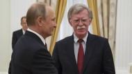Annäherung in Moskau: Wladimir Putin und Trumps Sicherheitsberater John Bolton am Mittwoch