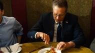 Ein gefundenes Fressen für die Presse: John Kasich isst seine Pizza mit einer Gabel.