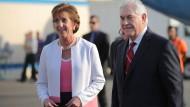 Amerikas Außenminister Rex Tillerson (r.) wird von Roberta Jacobson (Präsidentin der amerikanischen Botschaft in Mexiko) am Flughafen in Mexiko Stadt begrüßt.