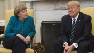 Trump lobt Verhältnis zu Merkel und kritisiert deutschen Handel