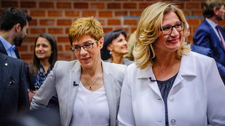 """Nicht nur auf diesem Bild """"Kopf an Kopf"""": CDU-Ministerpräsidentin Kramp-Karrenbauer und die SPD-Spitzenkandidatin und ehemalige Kugelstoßerin Anke Rehling."""