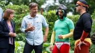 """Die Lage ist ernst: Grünen-Chef Robert Habeck und Spitzenkandidatin Ursula Nonnenmacher besuchen die Gruppe """"Stinknormale Superhelden"""" in Brandenburg."""