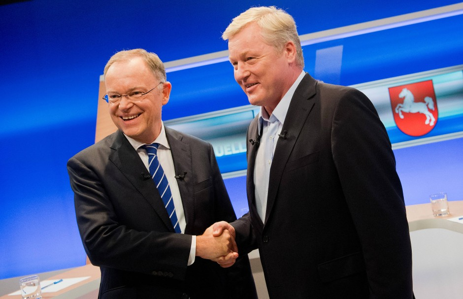 Ministerpräsident Stephan Weil (links) und sein Herausforderer Bernd Althusmann von der CDU beim TV-Duell vor der Landtagswahl.