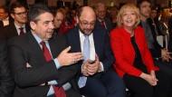 Wer hat die richtigen Zahlen? Gabriel, Schulz und Kraft in Essen. Sie sehen die Lage in Nordrhein-Westfalen etwas anders als die Kanzlerin.