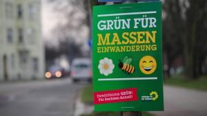 Hundertfach sind Plakate der Grünen gefälscht worden