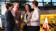 Viel zu besprechen: die Spitzenkandidatin der CDU und amtierende Ministerpräsidentin Christine Lieberknecht, der Spitzenkandidat der Linkspartei, Bodo Ramelow, die Spitzenkandidatin der Grünen, Anja Siegesmund, und die Spitzenkandidatin der SPD, Heike Taubert, am Sonntag im Fernsehstudio in Erfurt