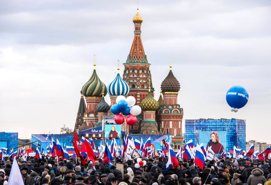 """Roter Platz in Moskau: Pro-Kreml Anhänger feiern die """"Heimkehr"""" der Krim nach Russland."""