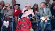 Die Queen, amused. In der langen Geschichte ihrer Regentschaft ließ sie sich das Gathering in Braemar nur viermal entgehen.