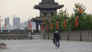 Fast allein auf der Mauer: Chinesen radeln nicht zum Vergnügen.