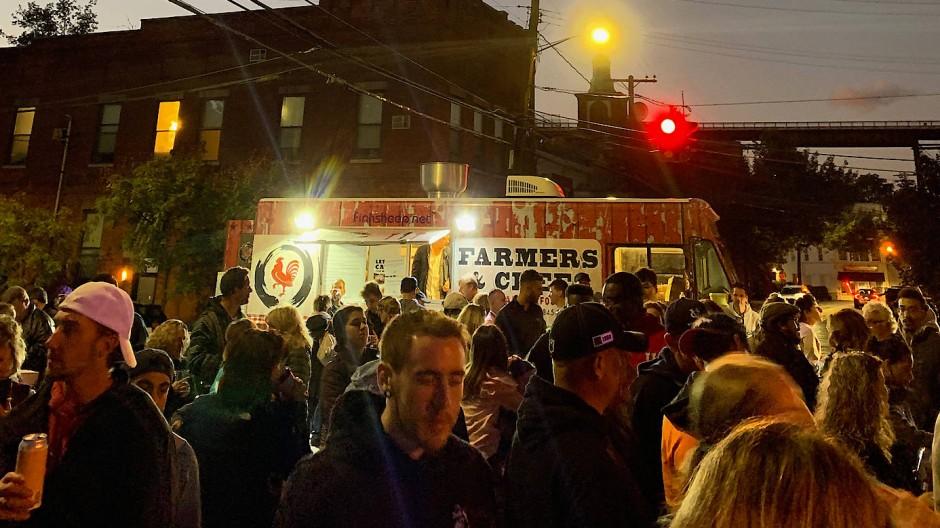 Immer am ersten Freitag im Monat findet das First Friday Streetfood Festival statt.
