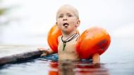 Schwimmflügel sorgen dafür, dass Kinder nicht untergehen - beim Schwimmenlernen sind sie eher hinderlich.