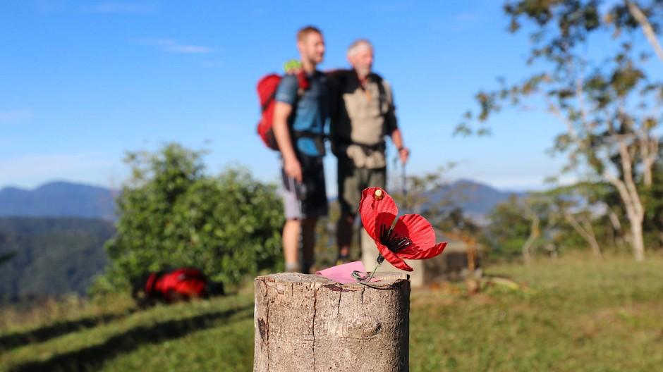 Am Brigade Hill bekämpften sich Japaner und Australier besonders hartnäckig. Heute erinnern Holzpfähle mit künstlichen Mohnblumen an die Gefallenen.