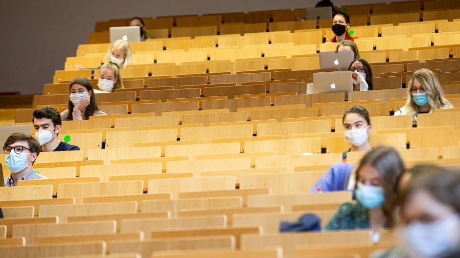 Die Vereinzelung fördert die Gruppenbildung: Ein Gesetz des Wissenschaftsbetriebs, dessen Geltung in der Zeit der Pandemie besonders deutlich hervortrat.