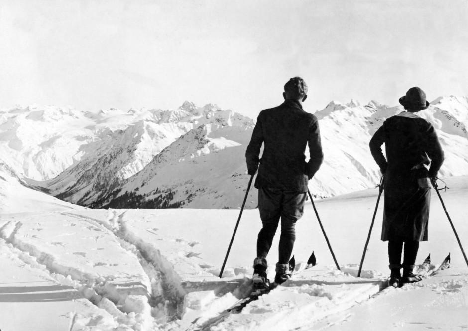 Beschauliche Anfänge des Wintertourismus. Inzwischen fahren jedes Jahr fast 50 Millionen Wintersportler in die Alpen.